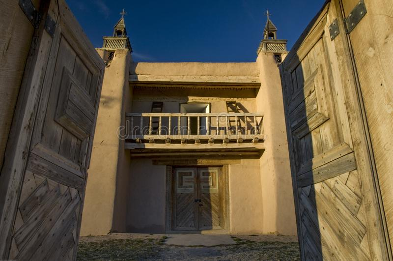 入口门对圣荷西de加西亚Church庭院打开在Las Trampas,NM 库存照片