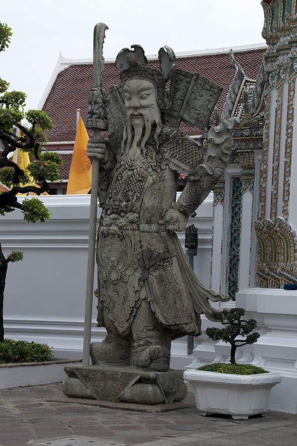 入口门的中国监护人在Wat Pho 库存图片