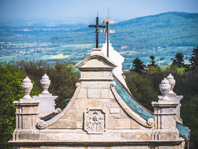 入口门的屋顶对修道院的 库存图片