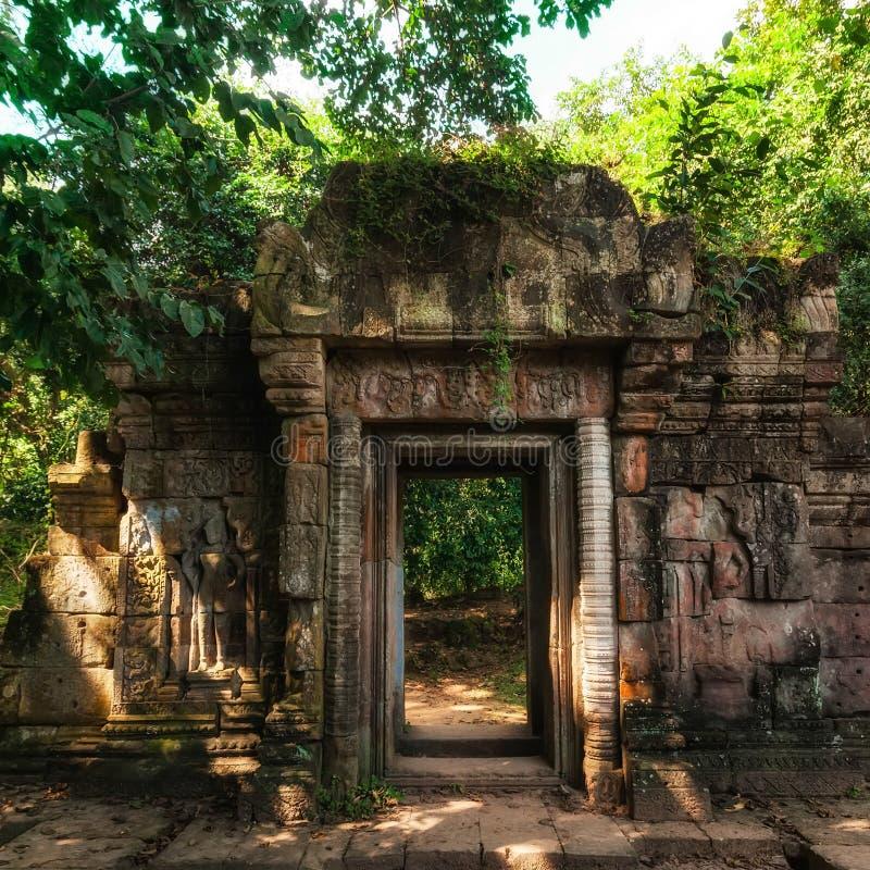 入口Baphuon寺庙门废墟  Angkor Wat,柬埔寨 免版税库存图片
