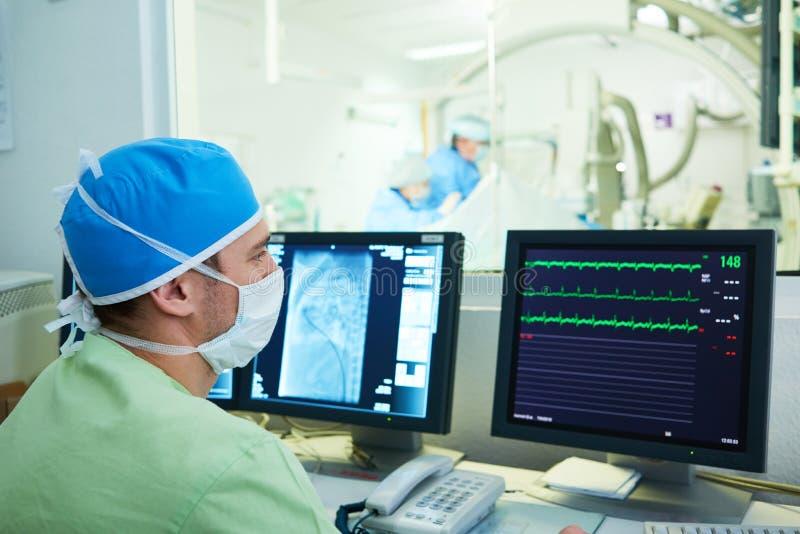 介入技术心脏病学 操作的男性外科医生医生 免版税库存照片