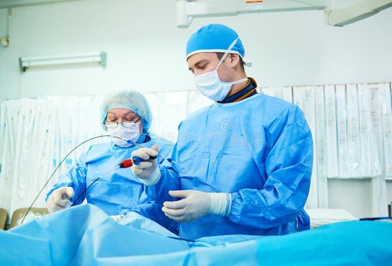介入技术心脏病学 操作的男性外科医生医生 库存照片