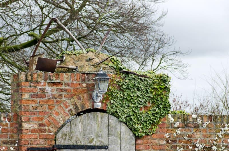 入木门和红砖墙壁到一个农厂站点在Yorks 免版税图库摄影