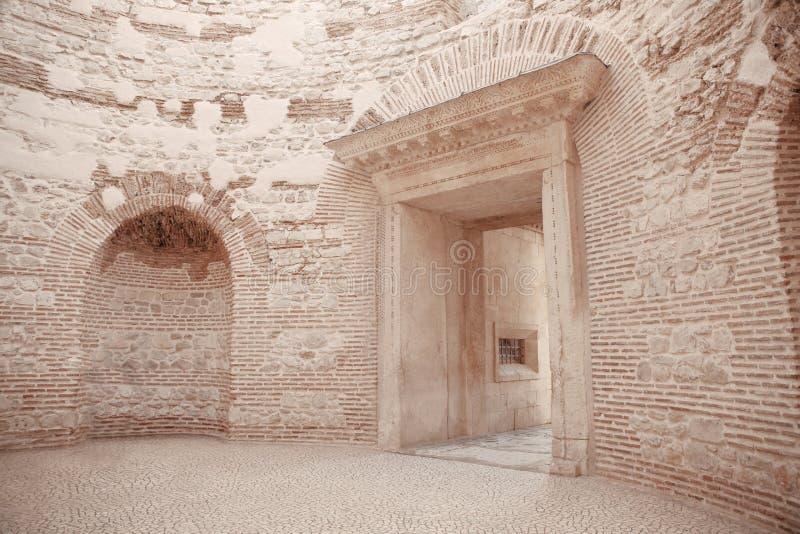 入Diocletian ` s宫殿peristyle的前庭的看法 免版税库存照片