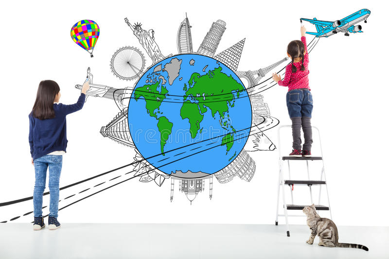 画全世界地图和著名地标的两个女孩孩子 图库摄影