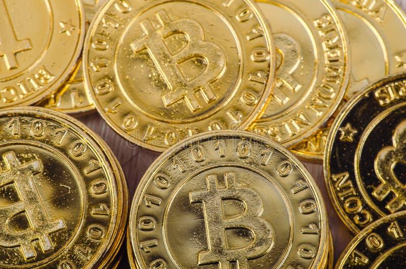 全世界cryptocurrency的,巨大的堆物理版本概念性图象金黄Bitcoin 库存图片