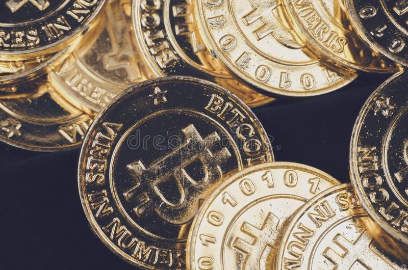 全世界cryptocurrency的,巨大的堆物理版本概念性图象金黄Bitcoin 库存照片