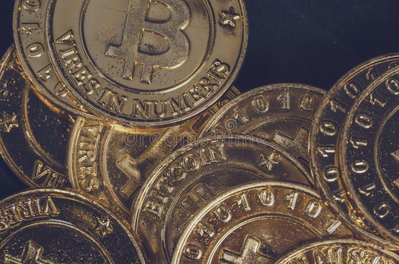 全世界cryptocurrency的,巨大的堆物理版本概念性图象金黄Bitcoin 免版税库存图片