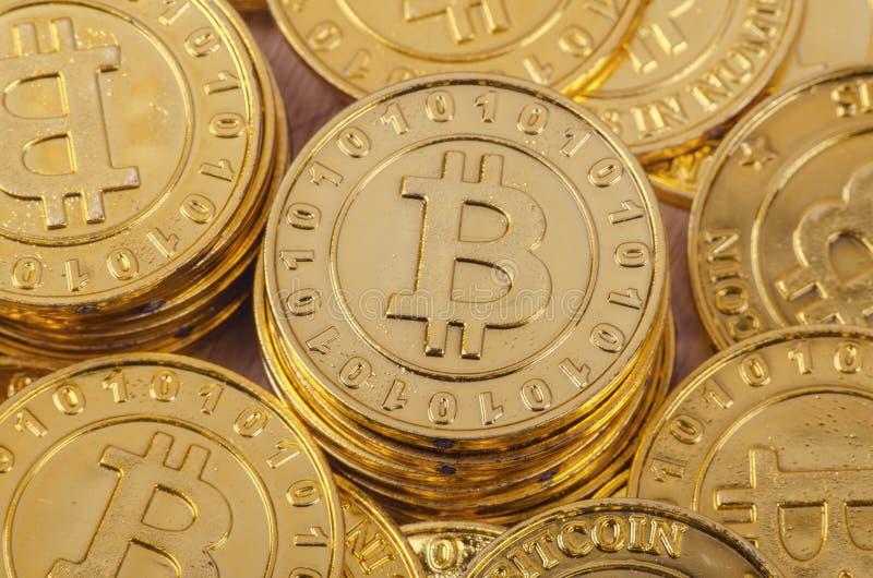 全世界cryptocurrency的,巨大的堆物理版本概念性图象金黄Bitcoin 图库摄影