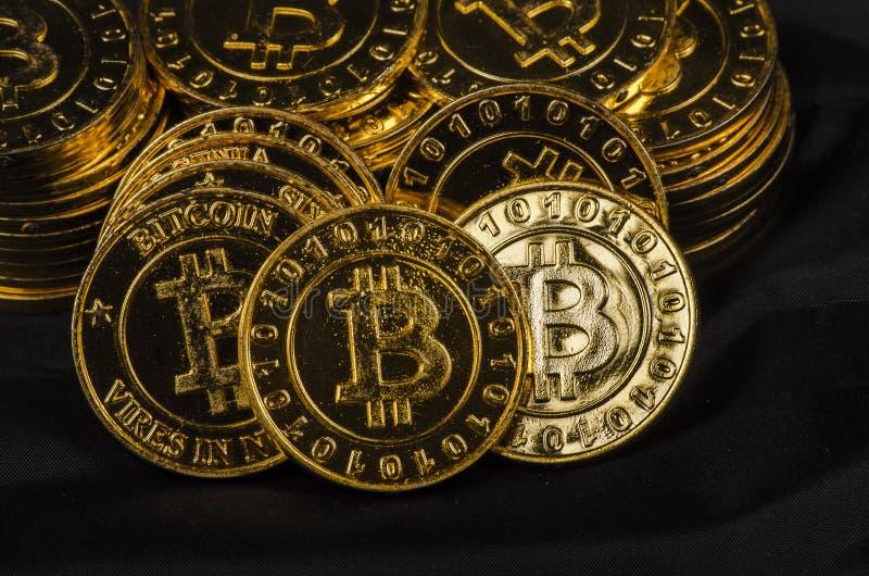 全世界cryptocurrency的,巨大的堆物理版本概念性图象金黄Bitcoin 免版税图库摄影