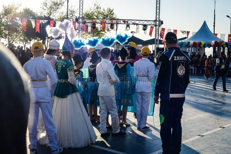 全国主权和儿童`的s哈萨克人民间舞蹈天-土耳其 库存图片
