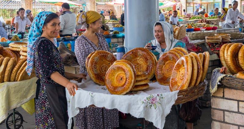 全国乌兹别克人面包在市场-菲尔干纳,乌兹别克斯坦上卖了 免版税库存图片
