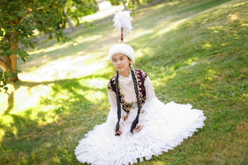 全国服装的美丽的哈萨克人妇女 免版税库存图片