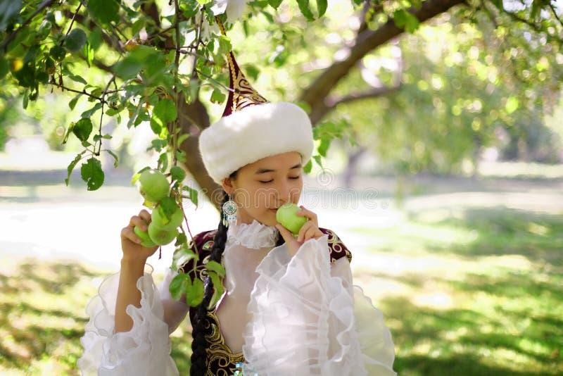全国服装的美丽的哈萨克人妇女 免版税库存照片