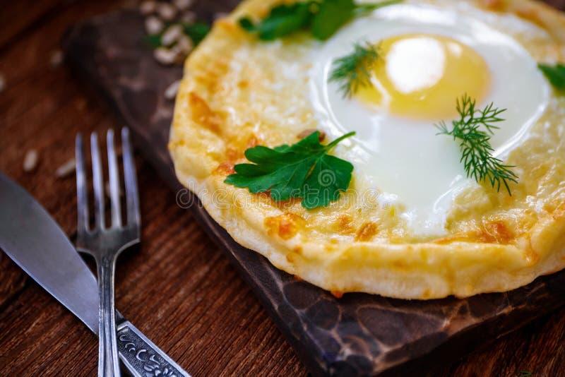 全国格鲁吉亚凝乳蛋糕用用绿色和莳萝装饰的蛋黄 o 图库摄影