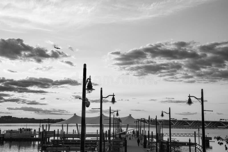 全国港口的江边在晚上 免版税库存照片
