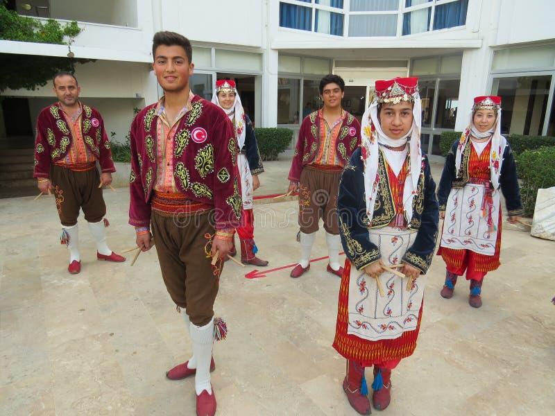 全国舞蹈小组的成员在全国土耳其衣裳的在表现前 免版税库存图片