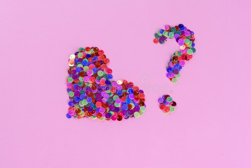 全息照相的闪烁心形和从衣服饰物之小金属片的问号 爱和心脏 r 免版税库存图片