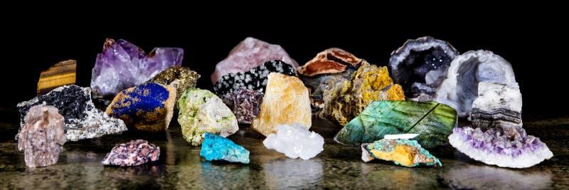 全景、各种各样的未割减和未加工的矿物石头、宝石和愈合石收藏 图库摄影