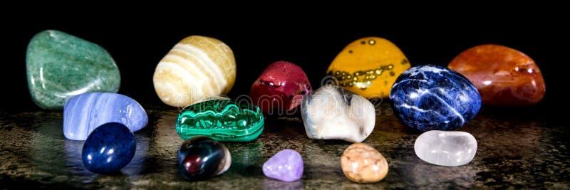 全景、各种各样的trumbled矿物石头、宝石和愈合石收藏 免版税库存照片