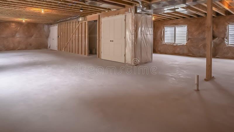 全景一个新的家的内部木头构筑的射线的框架视图建设中 库存图片