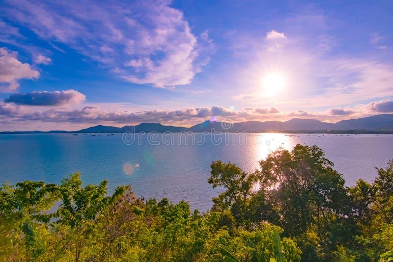 全景与旅客游泳的海滩日落我 免版税库存照片