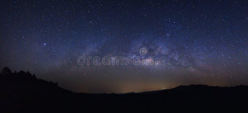 全景与星的银河星系和空间在unive拂去灰尘 库存照片