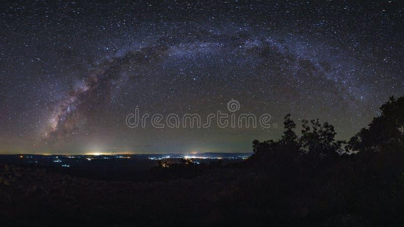 全景与瘤石头地面的银河星系是名字Lan Hin 库存图片