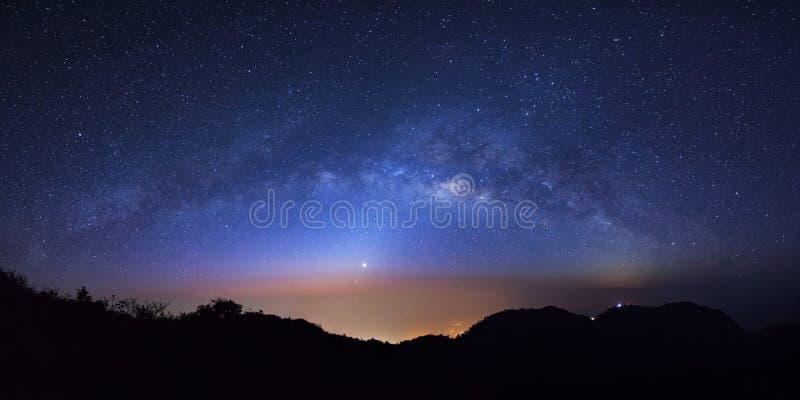 全景与高moutain的繁星之夜天空在土井Luang城镇 免版税库存图片