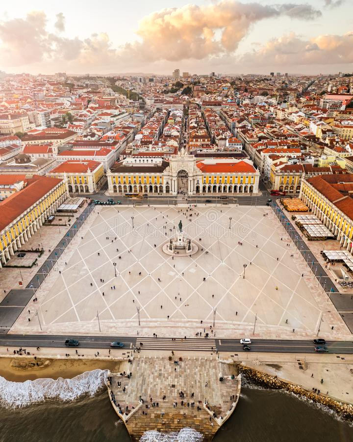 全景中央商务方形的宫殿,里斯本,日落的,老欧洲城市,寄生虫视图,垂直的空气葡萄牙 库存图片