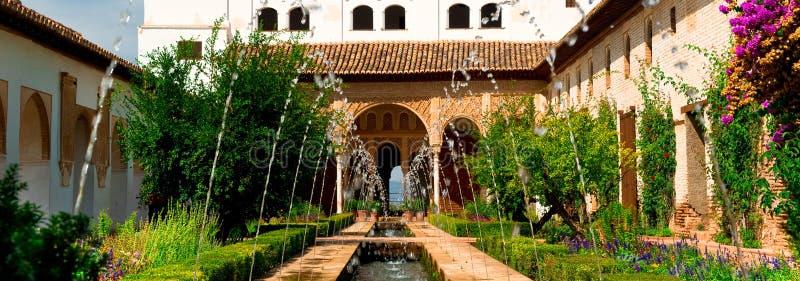 全景位于格拉纳达的图象美丽如画的视图阿尔罕布拉宫殿和堡垒复合体 免版税库存图片
