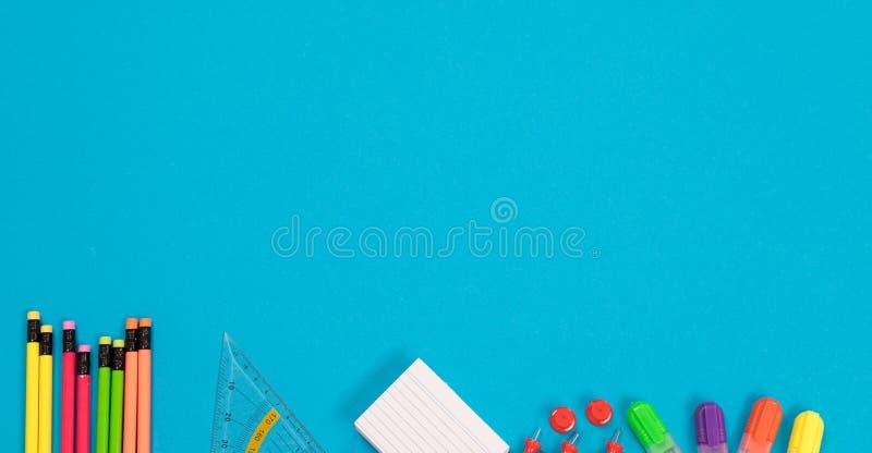 全景半可看见的多彩多姿的铅笔,三角统治者,堆白色草稿纸,一个小组红色图钉 库存照片