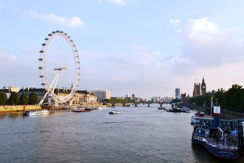 全景向伦敦眼、泰晤士河和伦敦市晴朗的日落的 免版税库存照片