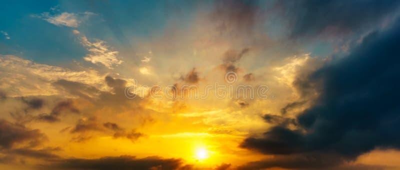 全景图片暮色天空美好的日出和云彩在早晨 免版税库存图片