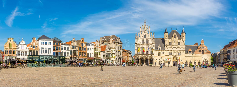 全景在有市政厅的格罗特Markt位置在梅赫伦-比利时 库存照片