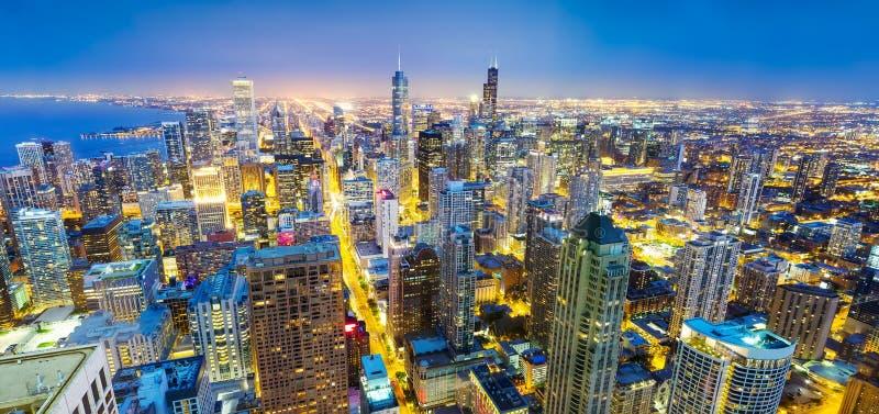 全景在海岸的芝加哥都市风景,夜视图 免版税库存图片