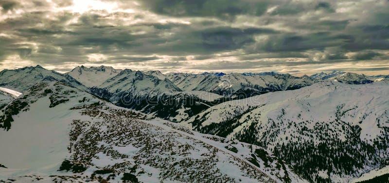 全景在滑雪游览时的提洛尔 库存图片