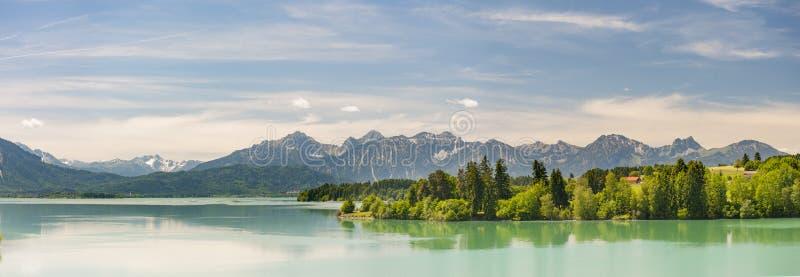 全景场面在有阿尔卑斯山和湖的巴伐利亚 免版税图库摄影