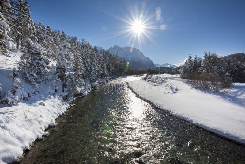 全景场面在河伊萨尔河的冬天在巴伐利亚,德国 免版税库存照片