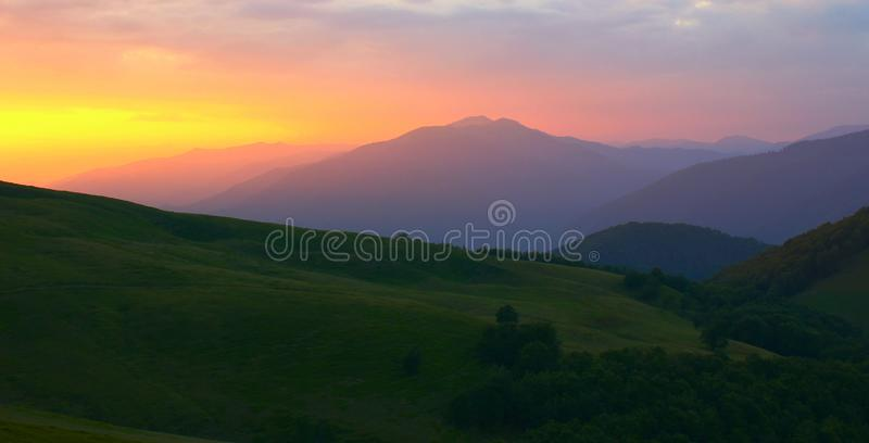 全景夏天风景,在山的华美的早晨视图在黎明阳光,令人惊讶的五颜六色的自然图象,欧洲旅行,汽车 库存图片