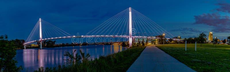 全景夜景鲍伯克里步行桥奥马哈 免版税库存图片