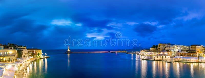 全景夜老港口,干尼亚州,克利特,希腊 免版税库存照片