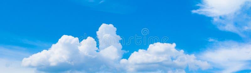 全景天空和云彩在夏时与形成猛冲多云美好的艺术自然背景 免版税库存照片