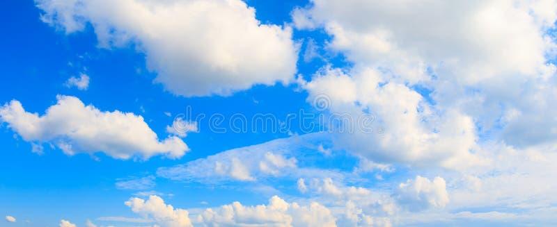 全景天空和云彩在夏时与形成猛冲美好的艺术自然背景 图库摄影