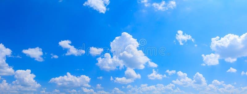 全景天空和云彩夏令时美好的背景 免版税库存照片