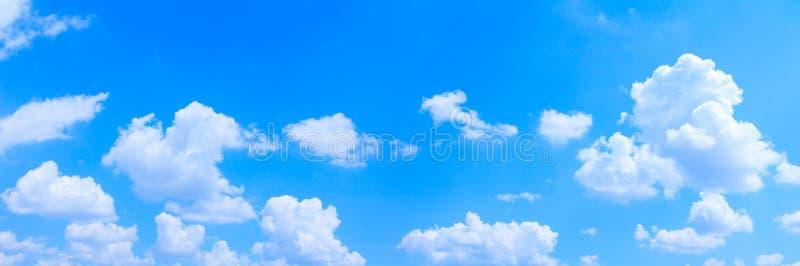 全景天空和云彩夏令时美好的背景 免版税图库摄影