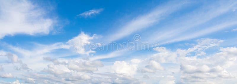 全景天空和云彩夏天美好的背景 免版税库存照片
