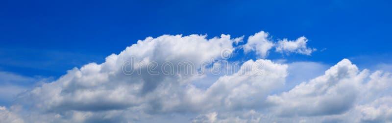 全景天空和云彩夏时美好的背景 图库摄影