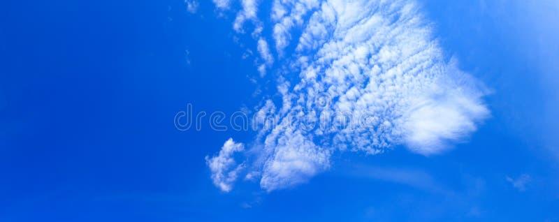 全景天空和云彩夏时美好的背景 免版税库存图片