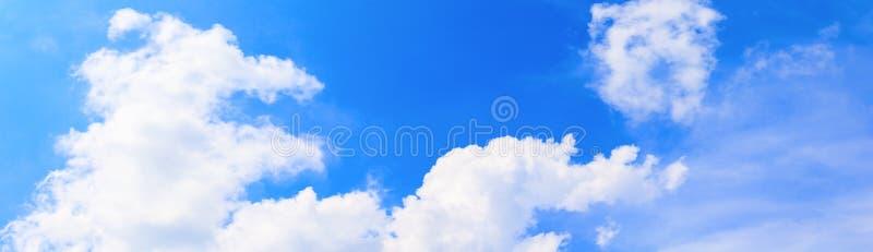 全景天空和云彩夏时美好的背景 免版税图库摄影